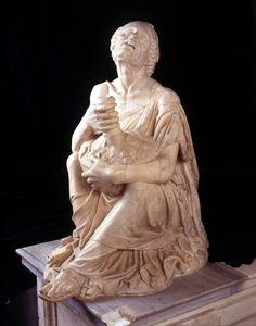 """Statue d'une """"Vielle ivre"""", copie de l'original hellénistique, musée du Capitole"""