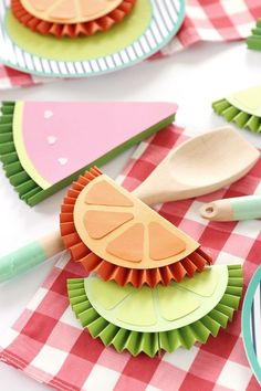 DIY Summer Fruity Paper Medallions – Damask Love - Diy crafts home Easy Crafts To Sell, Paper Crafts For Kids, Diy Paper Crafts, Kids Fruit Crafts, Mason Jar Crafts, Mason Jar Diy, Gouts Et Couleurs, Decoration Creche, Paper Fruit