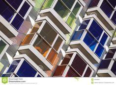 De verschillende kleuren maken een koud warm contrast. (blauw en oranje)  kleur tegen kleur. (duidelijk ieder balkon een andere kleur) Een complementair contrast groen tegen rood(diagonaal).