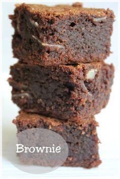 Cette recette de brownie est juste une tuerie !! Un bon goût de chocolat, le craquant des noix et des amandes, extrèmement moelleux et fondant, bref un délice !! Et tout ça préparé simplement et rapidement. Alors pourquoi s'en priver ? Ingrédient pour un... #brownie #chocolat #goûter