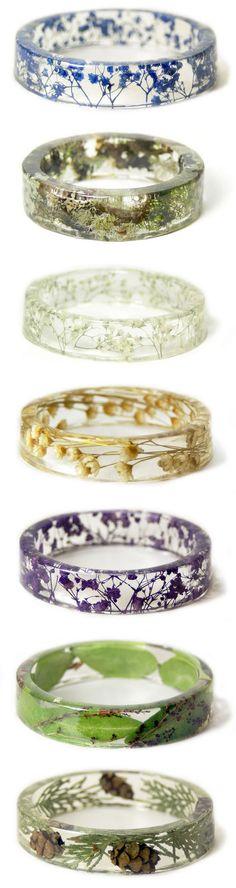 Comment faire des bijoux en résine? Nous vous proposons deux sortes de résines : -  la résine d'inclusion époxy bi-composant : c'est le mélange de deux composants, le durcisseur et la résine. -  la résine UV bijoux : c'est un gel transparent en résine qui durcit lorsqu'elle est exposée aux rayons UV.