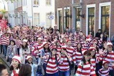 ちょっと早いけどハウステンボスでウォーリーに仮装した人々集めギネス世界記録に挑戦するイベントが2017年10月8日に開催されるんですって 今の世界記録はアイルランドダブリンで記録された3872人 今回はそれを超える3873人が目標なんだそう 認定条件は赤白ストライプ柄の長袖Tシャツメガネ赤白ストライプ赤のポンポン付のニット帽青いジーンズ靴を観につけていること ぜひ参加して世界記録達成の一員になってみてねぇ    tags[長崎県]