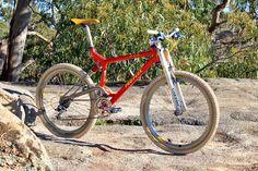 Image Velo Retro, Retro Bike, Cycling Quotes, Cycling Art, Cycling Jerseys, Mountain Bicycle, Mountain Biking, Downhill Bike, Bmx Bicycle
