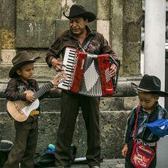 En las calles del #CentroTapatío puedes ver a estos niños acompañados de su padre entonando algunas canciones norteñas para ganarse un poco de dinero. #Niños #Guadalajara #Jalisco #Trabajo (FOTO: Alfonso Hernández)