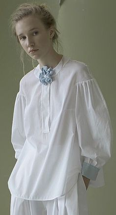 Feminine White Shirt For Working Outfit Fashion Details, Boho Fashion, Fashion Design, Bohemian Mode, White Shirts, White Tops, Shirt Blouses, Ready To Wear, Women Wear