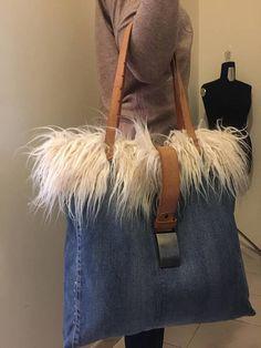 Jeans bag, denim shopping bag, patchwork bag, denim straps with faux fur - 2019 Jean Crafts, Denim Crafts, Denim Bag, Denim Outfit, Handmade Handbags, Handmade Bags, Bags Travel, Denim Handbags, Denim Ideas