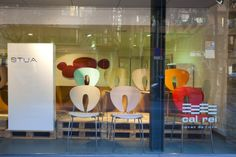 In Girona CAL REI has one STUA shop-in-shop. Here the window with Globus chairs.