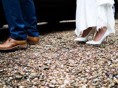 """Gefällt 22 Mal, 1 Kommentare - das Bild Von Linda (@lindalindblom) auf Instagram: """"#brideandgroom #wedding #hochzeitsfotograf #fotograffürdich #bookme #olympus #shoes #stones #kies…"""""""
