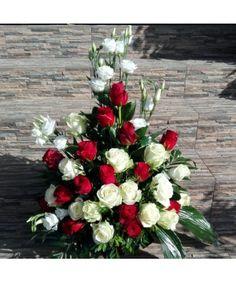 Aranjament floral cu 30 trandafiri si 5 lisianthus in alb si rosu Christmas Wreaths, Christmas Tree, Christmas Ideas, Holiday Decor, Home Decor, Floral Arrangements, Decoration Home, Teal Christmas Tree, Room Decor