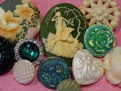 ELEGANT-LACY-LOT-VINTAGE-NEW-FANCY-BUTTONS-RHINESTONE-FLOWER-GLASS-CAMEO