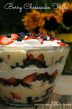 Simple Berry Cheesecake Trifle Recipe No Cook Summer FAVORITE! is part of Desserts Last year the girls and I made a Berry Cheesecake Trifle, spur of the moment because we had some angle food cake an - Keks Dessert, Bon Dessert, Dessert Aux Fruits, Oreo Dessert, Angle Food Cake Dessert, Fruit Trifle Desserts, Angel Food Cake Trifle, Parfait Desserts, Pudding Desserts