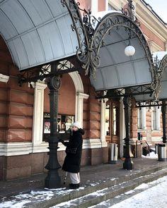 """Katri Ahlman 〰️ Tyylialkemisti on Instagram: """"Yksi sauva enää käytössä! 💪🏻☺️ Ja kaksi korttelia kävelyä takana. 🌞 ' ' ' ' #aleksanterinteatteri #patellaluksaatio #sauvakävely #icebug…"""" Takana, My Style, Instagram"""