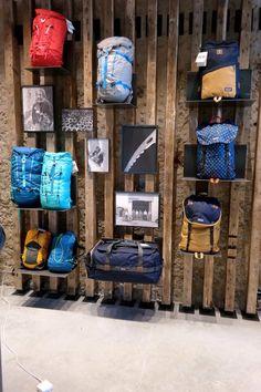#Visualmerchandising #VM #presentatie #productpresentatie #merkbeleving #brandpresentation  #styling #display  #window #fashion #etalage #etaleur #vouwen  #vouwtechnieken #kleding #Patagonia #tablepresentation #folding #presentation #presentatie #tafelpresentatie #Frankrijk #Marseille #brandstore #mannequin #tassen #bags Visual Merchandising Displays, Visual Display, Table Presentation, Bag Display, Display Ideas, Shoe Store Design, Shoe Room, Store Layout, Store Interiors