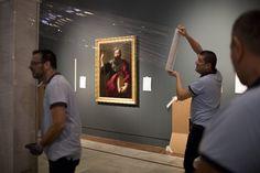 La obra de Murillo 'Santiago Apóstol', que formará parte de la exposición 'Velázquez, Murillo, Sevilla', en la pared de la Fundación Focus.