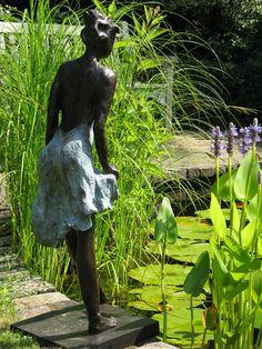 bronzen beeld voor de tuin, bronzen tuinbeeld, beeld in de tuin, bronzen sculpturen in moderne tuin, beelden voor buiten, bronzen beelden, bronzen beeld, beeld in brons. beeld voor langs de vijver, beeld vijverrand. www.yvonvanwordragen.nl