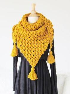 This free crochet textured triangle scarf pattern is sure to look great on any woman this fall and winter. The easy scarf neck warmer tutorial is easy to with many pictures on how to complete the unique stitches. Crochet Scarves, Crochet Shawl, Crochet Clothes, Free Crochet, Knit Crochet, Crochet Gifts, Quick Crochet, Crochet Sweaters, Crochet Dresses
