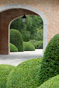 Topiary garden by belgian landscape designer Stijn Cornilly #topiary #landscaping #formalgarden #labyrinth #boxwood - More wonders at www.francescocatalano.it