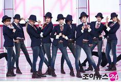 [소녀시대, '퇴출설' 제시카 제외한 8명만 中 출국] 제시카가 퇴출설에 휩싸인 가운데 소녀시대가 제시카를 제외한 8명만이 출국해 눈길을 끌었다. 소녀시대는 30일 오전 팬미팅인 '걸스 제너레이션 퍼스트 팬 파티(Girls' Generation 1st Fan Party)' 참석차 인천국제공항을 통해 중국 심천으로 출국했다. 그러나 이 날 출국장에는 소속사 SM과 소녀시대 멤버들로부터 퇴출을 통보받았다고 주장한 제시카의 모습은 보이지 않았다.