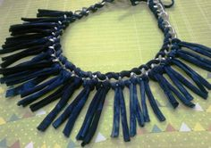 collar de cadena de aluminio y flecos de  trapillo