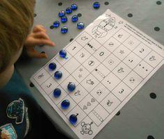 Jeu autonome chemin des nombres (différentes représentations d'un nombre) Preschool Education, Preschool Math, Kindergarten Math, Math Activities, Autumn Activities, Montessori Math, Montessori Materials, Act Math, School Games
