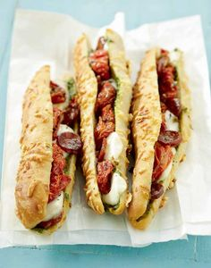 Sandwich baguette au pesto, chorizo et tomates confites - Food and Drinks Gourmet Sandwiches, Cold Sandwiches, Healthy Sandwiches, Chorizo, Sandwich Recipes, Lunch Recipes, Pesto Sandwich, Baguette Sandwich, Bruchetta