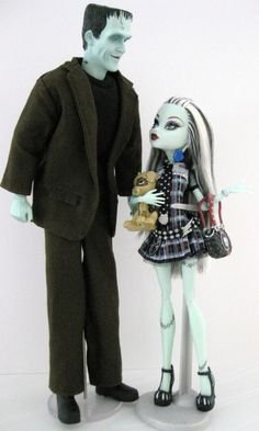 Monster High Frankie Stein with her father Frankenstein Love Monster, Monster High Repaint, Monster High Dolls, Frankenstein's Monster, Ever After High, Monster High Party, Monster High Custom, Ooak Dolls, Barbie Dolls
