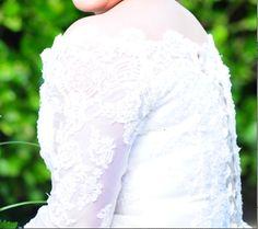 Jolie robe de mariée dentelle colle bateau taille 42/44 lacet derrière.  Achetée neuve chez LYNN Mariage Cannes. Portée une seule fois et lavée chez le pressing.