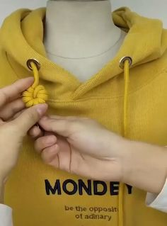 Amazing Tricks And Tutorials to Hoodie String Knots Ideas Amazing Clothing hacks videos Hoodie Knots String Tricks tutorials Diy Fashion Hacks, Fashion Tips, Diy Fashion Videos, Knit Fashion, Woman Fashion, Fashion Details, Fashion Fashion, Vintage Fashion, Sewing Hacks