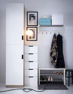 IKEA Vestíbulo con varios sistemas de almacenaje, un estante zapatero y colgadores para los abrigos.