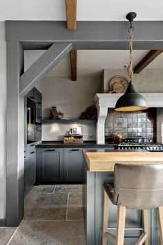 Farmhouse Kitchen 408631366191251854 - Balk geschilderd met Traditional Paint lak Ground Pepper Source by nathalierissele Quirky Home Decor, Luxury Home Decor, Home Interior, Interior Design Kitchen, Küchen Design, House Design, Kitchen Dining, Kitchen Decor, Cocinas Kitchen