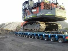 Maşié mezın Heavy Duty Trucks, Big Trucks, Construction Machines, Crawler Tractor, Road Train, Big Plants, Heavy Machinery, Weird Pictures, Heavy Equipment