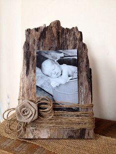 Adorabile cornice in legno del fienile! Una foto 4 x 6 o 7 x 5 sembra grande. La foto è detenuta dalla corda di juta. È possibile aggiungere