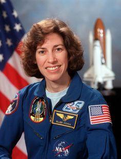 ELLEN OCHOA. Directora de tripulaciones y astronauta de la NASA. Máster de ciencia y doctorado en ingeniería eléctrica por la Universidad Stanford...