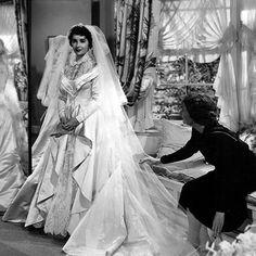 """1950 l'abito di scena (successivamente commercializzato da Alfred Angelo) disegnato dalla costumista Helen Rose per Liz Taylor nel film """"Il padre della sposa""""."""
