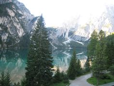 """Pagina iniziale » Cultura e territorio » Natura e paesaggio » Laghi » Lago di Braies  Pragser Wildsee 2009  Lago di Braies  La """"perla delle Dolomiti"""" è uno dei laghi più suggestivi dell'Alto Adige, immerso in un paesaggio da favola nel parco naturale Fanes-Sennes-Braies."""