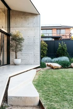 A simply beautiful contemporary Australian garden that has worked so well. House Landscape, Garden Landscape Design, Modern Landscaping, Backyard Landscaping, Landscaping Ideas, Outdoor Spaces, Outdoor Living, Outdoor Decor, Australian Native Garden