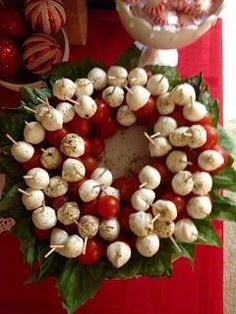 Christmas appetizer: tomato, fresh mozzarella and basil wreath. Drizzle with very good olive oil, Fresh ground pepper and salt. (No link). - I made this cute little caprese wreath and it was adorable! Christmas Friends, Christmas Apps, Christmas Party Food, Xmas Food, Christmas Appetizers, Christmas Cooking, Noel Christmas, Christmas Goodies, Appetizers For Party