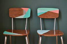 Een oud stoeltje wordt helemaal hip met een nieuwe kleur. Natuurlijk hoef je niet de hele stoel een nieuwe kleur te geven voor een nieuwe look. Speel eens met vlakken. Zo kun je mooi restantjes verf opmaken.