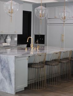 Beautiful Kitchen Interior Design Ideas, Color Scheme, flooring, tiles, countertops. Love the gold fixtures! Marble Kitchen Interior, Marble Island Kitchen, Marble Floor Kitchen, Gold Kitchen, Gold Interior, Best Flooring For Kitchen, Kitchen Black, Interior Modern, Beautiful Houses Interior