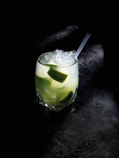 Bereiden: Snijd de halve limoen in zes partjes en doe ze in het glas. Strooi de rietsuiker erbij en kneus met een muddler tot het sap goed zichtbaar is. Voeg de Cachaça toe aan het limoensap. Voor een iets zoetere Caipirinha kan je suikerwater toevoegen. Vul op met gepileerd ijs en roer goed. Serveer met een rietje.