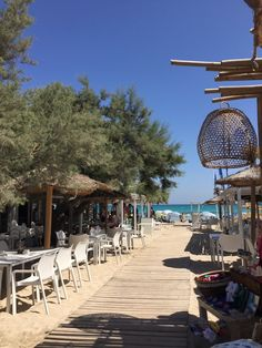 Die schönsten Restaurants mit Meerblick auf Mallorca - COOKIES FOR MY SOUL Hotels, Restaurants, Menorca, Beach Themes, Far Away, Strand, Ibiza, The Good Place, How To Find Out