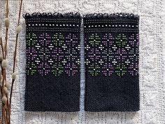 黒地に黒のパールビーズを編み込んだリストウォーマーは光り過ぎず、夜空に輝く星のようなシックさです。 黒地にパープルとグリーンのビーズを、矢車草の形に編み込んだリストウォーマー。シックなコートの袖口から見えるビーズが美しいです。 Beading Patterns, Knitting Patterns, Knitting Ideas, Wrist Warmers, Mittens, Knit Crochet, Weaving, Arts And Crafts, Embroidery