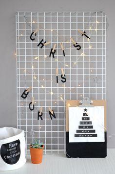 Wandrek decoreren voor kerst! Meer foto's van deze DIY (en variatietips voor je gaasrek) vind je op www.christmaholic.nl.