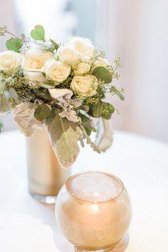PBintados jarrones de oro con las damas de honor re-utilizados ramos de rosas color crema y polvoriento molinero.