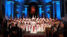 Kungsholmens gymnasiums kammarkör sjunger in högtiden tillsammans med tre solister. Vi får också höra barns egenskrivna Luciadikter.