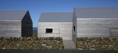 love this project by dulchas: horizontal timber, corrugated roof, minimally framed glass, slick detailing take it from Agricultural to Architectural Timber Architecture, Timber Buildings, Residential Architecture, Modern Shed, Modern Barn, Modern Farmhouse, Larch Cladding, Exterior Cladding, Wooden Facade