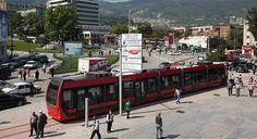 Bursa Büyükşehir Belediyesi'nin danışmanlığında üretilen Türkiye'nin ilk yerli tramvayı 'İpekböceği', görücüye çıktı. Büyükşehir Belediye Başkanı Recep Altepe, vatandaşların yaklaşık 2 ay sonra içinde yolculuk yapacağı araçları görmesi için üretilen ilk prototip aracı sergilediklerini söyledi. #bursa