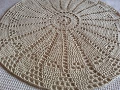 closet for crocheted napkin: ورشة سجادة كروشية. Crochet Accessories Free Pattern, Crochet Doily Patterns, Crochet Designs, Crochet Doilies, Crochet Placemats, Crochet Quilt, Filet Crochet, Knit Crochet, Rugs And Mats