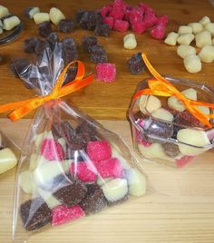 Bala de Brigadeiro Candy Decorations, Dessert Decoration, Baking Recipes, Cookie Recipes, Candy Cookies, Chocolate, Candy Shop, Easy Cooking, Coco