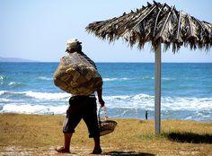 Eén van de inkomstenbronnen voor vele eilandbewoners is altijd het sponsenduiken en de verkoop van deze natuursponsen geweest.
